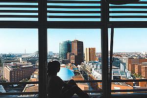 Eine junge Frau allein in der Großstadt - dieses Thema zieht sich durch die drei Romane, die Sonja Kuzmics in ihrer Masterarbeit analysiert hat. Die scheinbar grenzenlose Freiheit wird für die Protagonistinnen zur einengenden Beklemmung. Foto: pexels.com/palu malerba.