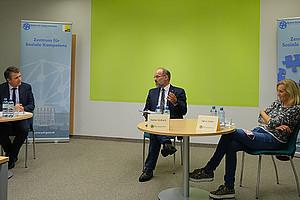 Sascha Ferz, Stefan Vorbach und Sigrun Koller (v.l.) diskutierten in einer digitalen Veranstaltung über die Rolle von sozialer Kompetenz bei Unternehmensgründungen. Bernhard Weber war online zugeschaltet. Foto: Tomaš Klimann.