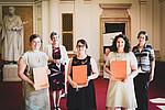 Die Preisträgerinnen Lea Hochgatterer, Caroline Breyer und Dominique Leitner (v.l.) mit Ursula Vennemann (Lebenshilfe) und Barbara Gasteiger-Klicpera (rechts) in der Aula der Uni Graz. Foto: Uni Graz/Tzivanopoulos