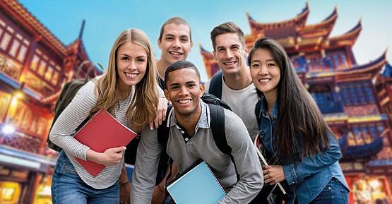 Studierende in China vor Tempel