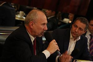 OeNB-Chef Ewald Nowotny (links) im Gespräch mit Politik-Cafe-Gastgeber Markus Steppan