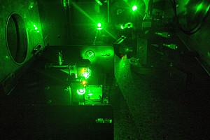 Lichtforschung auf dem nächsten Level an der Uni Graz: Ein Lasersystem erzeugt Femtosekunden-Laserpulse. Foto: Harald Ditlbacher, Institut für Physik.