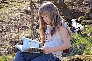 Lesen gehört für viele Kinder zum Sommer dazu: Grazer PsychologInnen zeigen in einer aktuellen Studie, dass die Lesefertigkeit von SchülerInnen über die großen Ferien steigt. Bild: Pezibear/pixabay.com