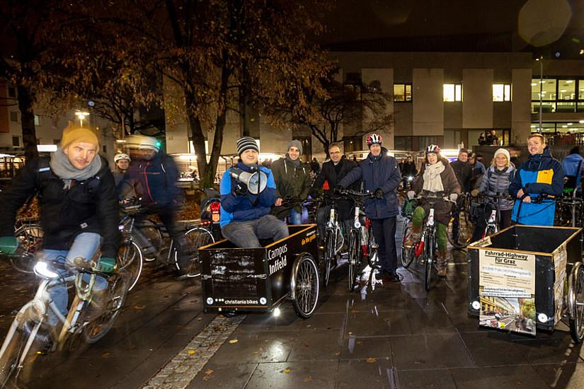 Fahrrad-Highway für die Uni-Stadt Graz: TU Graz-Rektor Harald Kainz und Vizerektor Peter Riedler radelten am Montag von der Petersgasse auf den Sonnenfelsplatz, um gemeinsam mit Studierenden beider Universitäten ein Zeichen zu setzen. Foto: HTU Graz