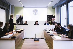 Gerichtssaal für Studierende an der Uni Graz – im ersten Moot-Court-Raum an einer österreichischen Universität können StudentInnen der Rechtswissenschaften ihr juristisches Wissen anwenden. Foto: Uni Graz/Kanizaj