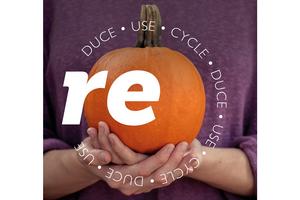 Person mit lila Pulli hält orangen Kürbis. Aufschrift im Kreis: RE - duce, use, cycle