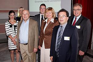 Rektorin Christa Neuper und Dekan Josef Marko (Mitte) bei der Eröffnung der dreitägigen Veranstaltung. Die Experten Dr. Robert Fucik und Dr. Matthias Neumayr (rechts) hielten zum Auftakt einen Vortrag