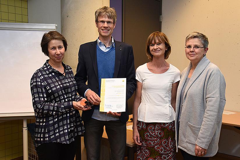 Platz 3 für Wissenschaftszweig Sportwissenschaft: URBI-Dekanin Barbara Gasteiger-Klicpera, Institutsleiter Markus Tilp, AKGL-Vorsitzende Maria Elisabeth Aigner und Vizerektorin Renate Dworczak (v.l.)