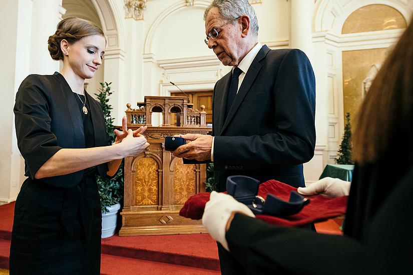 Pharmazeutin Martha Gschwandtner darf sich nun mit dem Ehrenring der Republik Österreich schmücken.