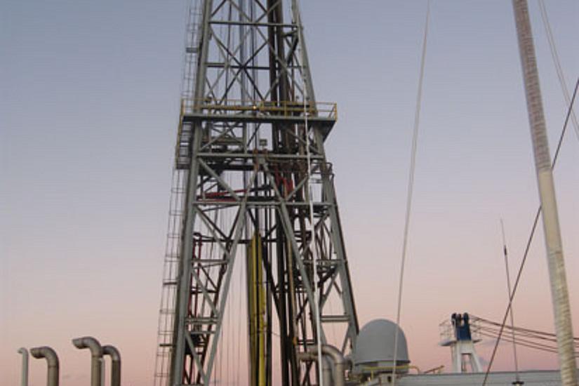 Der Bohrturm. Insgesamt 900 Meter tief drangen die WissenschafterInnen in den Meeresboden damit vor.
