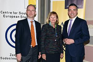 Außenminister Nikola Dimitrov (r.) mit Florian Bieber und Rektorin Christa Neuper im Meerscheinschlössl. Foto: Uni Graz/Pichler