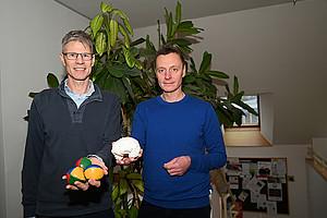 Sportwissenschafter Markus Tilp (l.) und Psychologe Andreas Fink zeigen in einer gemeinsamen Publikation, dass eine Kombination von Ausdauertraining und Geschicklichkeitsübungen, wie etwa Jonglieren, die Denkleistung verbessert. Foto: Uni Graz/Leljak.