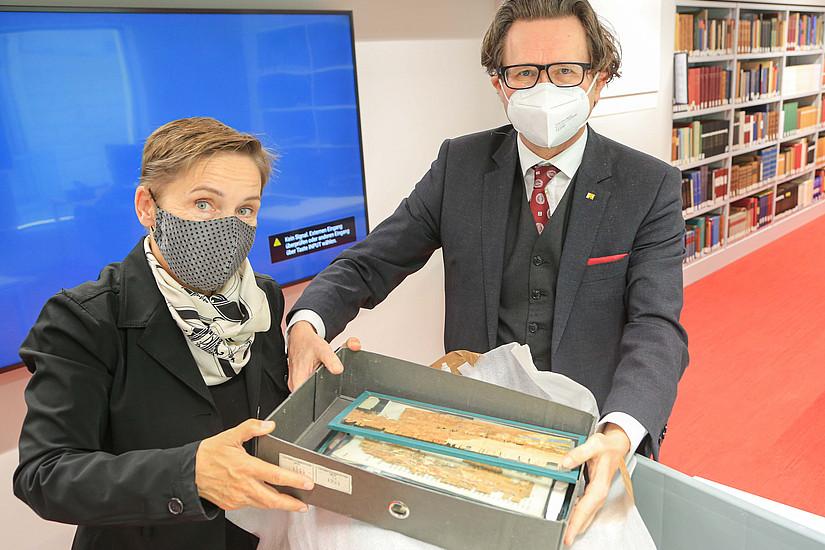 Rektor Martin Polaschek und Vizerektorin Petra Schaper-Rinkel nahmen die Unikate an der Uni Graz in Empfang. Fotos: Uni Graz/Tzivanopoulos