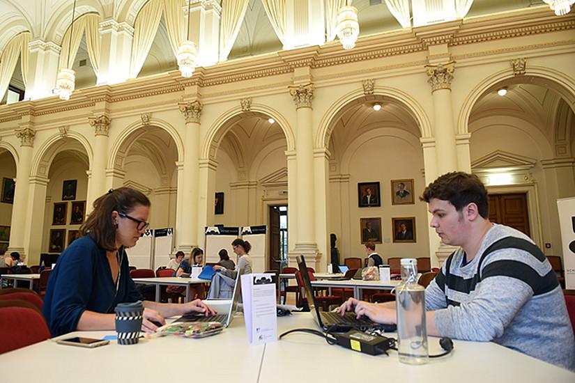 Konzentrierte Arbeitsatmosphäre: Die Aula wurde zum großen Schreibsaal
