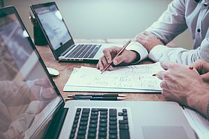 Laptop im Büro; Rechnungswesen; Weiterbildung