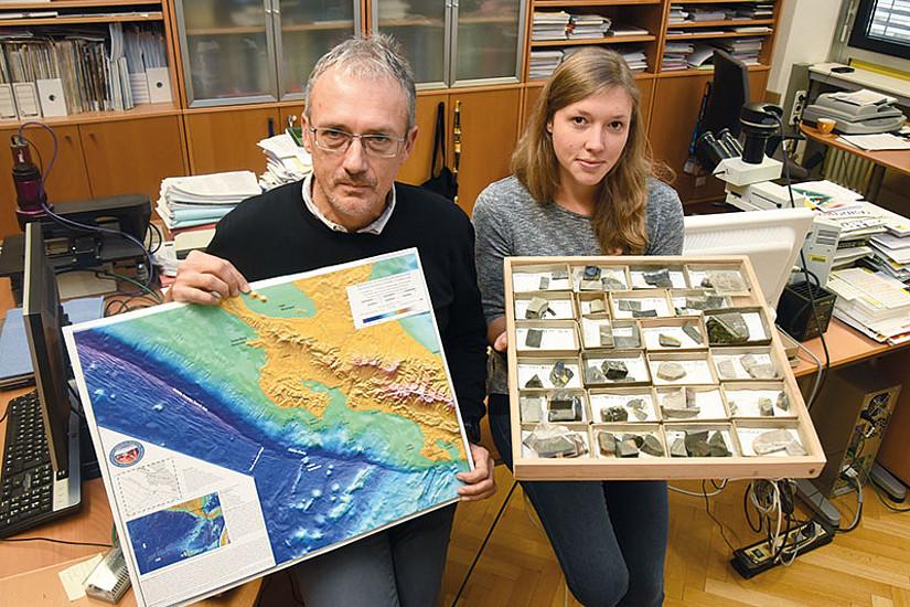 Projektleiter Walter Kurz mit Dissertantin Jennifer Brandstätter, die Bohrkerne aus der Cocosplatte vor Costa Rica erforscht. Foto: Uni Graz/Tzivanopoulos