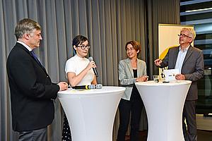 Volkswirt Karl Steininger, die Philosophin Laura Siggelkow und die Biologin Kristina Sefc (v.l.) gaben im von Franz Hirschmugl moderierten Gespräch Einblicke in ihre Forschungsthemen. Foto: Uni Graz/Pichler