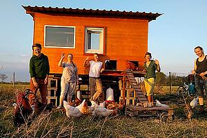 """Solidarisch wirtschaften, um gemeinsam einen Weg aus der Klimakrise zu finden - darum geht es zum Beispiel auch der Landwirtschaftsinitaitive """"Ouvertura"""" in Niederösterreich. Ein Forschungsprojekt holt diese und ähnliche Projekte nun vor den Vorhang. Foto: Ouvertura."""