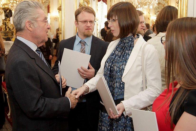 Bundespräsident Heinz Fischer gratuliert drei der vier Grazer PreisträgerInnen: Michael Egger, Daniela Wagner und Lidija Rasl (v.l.).