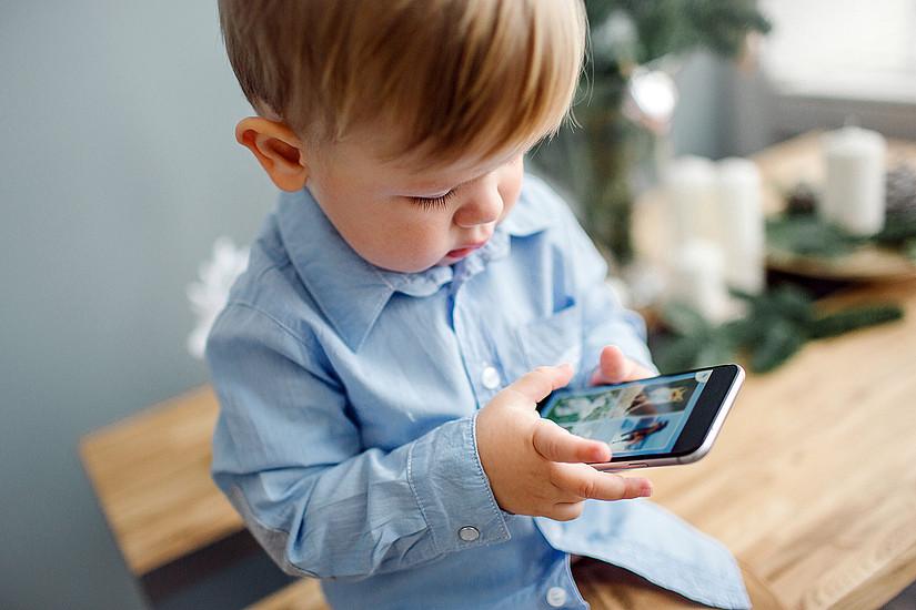 Schon Kleinkinder verbringen viel Zeit am Smartphone. Die Konsequenzen werden nun an der Universität Graz untersucht. Foto: Shutterstock/Pakhomava