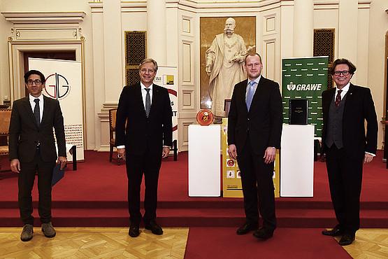 Gratulierten live aus der Aula: Kommissions-Vorsitzender Doralt, GRAWE-Generaldirektor Scheitegel, Dekan Bezemek und Rektor Polaschek (v. l.) Foto: Uni Graz/Schweiger