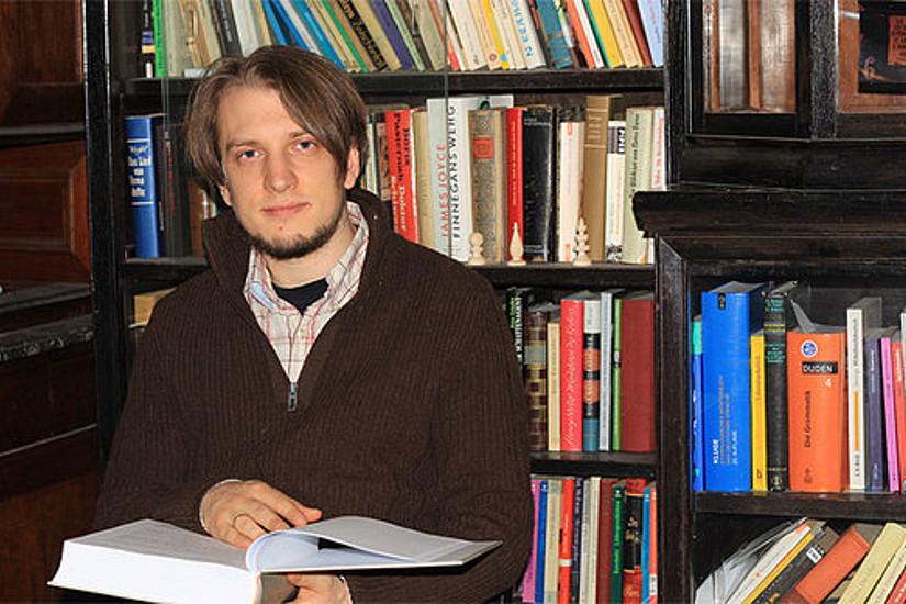 Jakob Reichsöllner mit seiner Masterarbeit. Es ist die achte in der Sammlung der Deutschen WortSchätze.