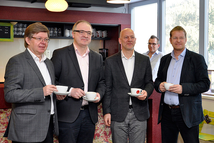 Kaffee-Toast auf ein neues Gemeinschaftsprojekt: Herbert Beiglböck, Christoph Heil, Ralph Zettl und Peter Wagner eröffneten das Cafe paul@uzt. Foto: Uni Graz/Eklaude