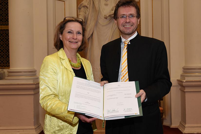 Landtagspräsidentin Bettina Vollath und Vizerektor Martin Polaschek besiegelten die Fortsetzung der Kooperation. Foto: Uni Graz/Tzivanopoulos