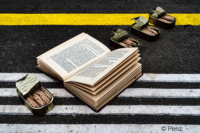 Welcher Buchtitel verbirgt sich hinter diesem Foto? Der Kalender 2019 des Grazer Universitätsverlags löst das Rätsel. Foto: Andrea Penz