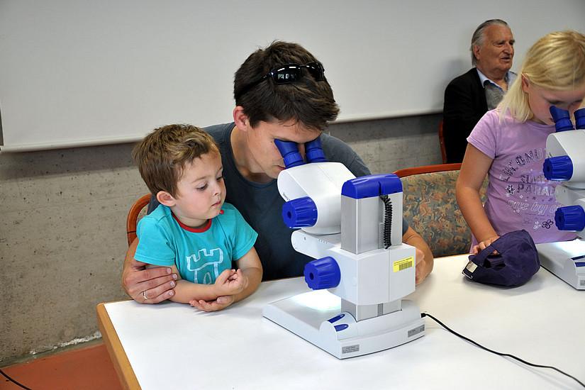 Interessierte beim Mikroskopieren