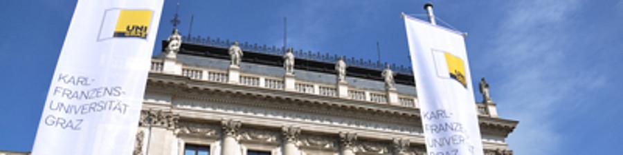 Hauptgebäude Attikafiguren Fahnen