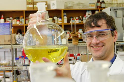 Der Chemiker Wolfgang Kroutil forscht zum Thema Biokatalyse. Er erklärte für die Austrian Presse Agentur APA das Periodensystem der Elemente, das heuer seinen 150. Geburtstag feiert. Foto: Uni Graz/Tzivanopoulos