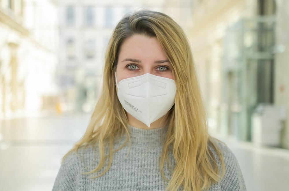 Frau mit Mundnasenschutz