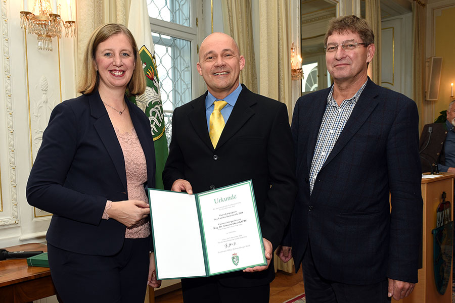 V.l.: Landesrätin Barbara Eibinger-Miedl, Preisträger C. Oliver Kappe, Peter Scherrer, Vizerektor der Universität Graz. Foto: Uni Graz/Pichler