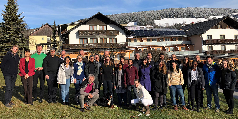 DissertantInnen und Faculty des DK Klimawandel: 15 der 21 ausgewählten DoktorandInnen sind bereits eingetroffen. Die übrigen werden in den kommenden Monaten ihre Ausbildung beginnen. Beim Kick-off-Treffen in Semriach stellten die DissertantInnen ihre Projekte vor. Foto: Uni Graz/DK Klimawandel