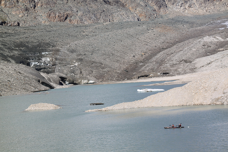 Das Befahren des Sees ist nicht ungefährlich, da unvermutet Eisberge auftauchen können.