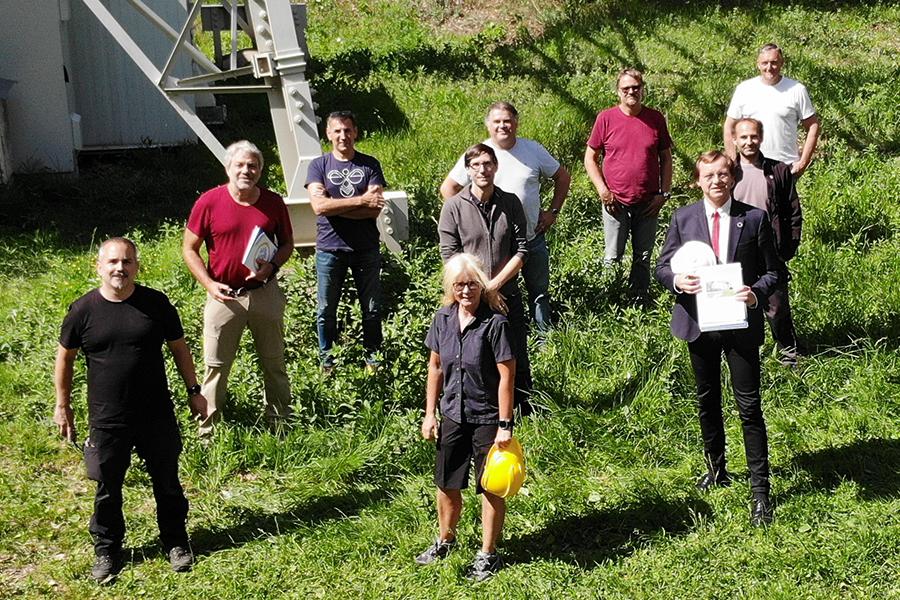 Vom WegenerNet-Team waren Robert Galovic (ganz l.), Ulrich Foelsche, Jürgen Fuchsberger, Christoph Bichler (2. Reihe v.l.) und Gottfried Kirchengast (vorne r.) am Stradnerkogel, ebenso wie URBI-Vizedekanin Anke Strüver. Foto: Uni Graz/Galovic