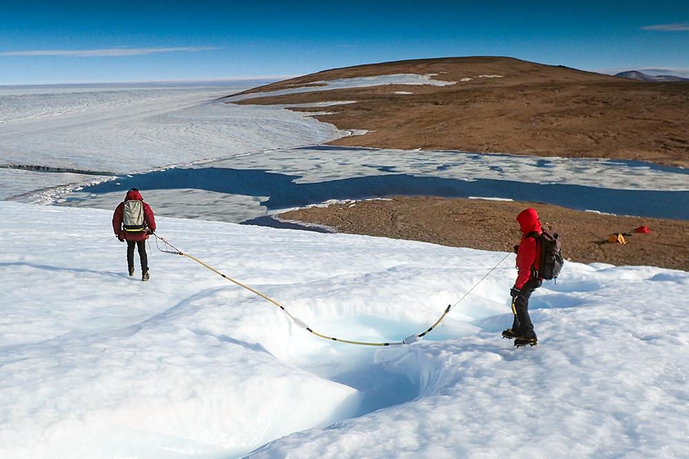 Feldforschung im ewigen Eis: Jakob Abermann untersucht Gletscher in Grönland. Foto: Utrecht University/Steiner
