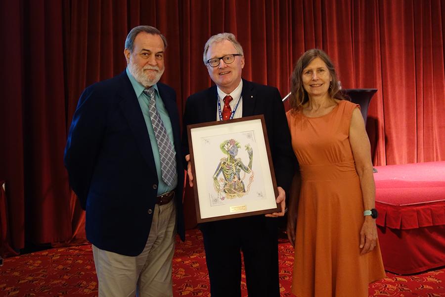 Rudolf Bauer (Mitte) mit Cindy Angerhofer, Präsidentin a.D. der American Society of Pharmacognosy, und John H. Cardellina II, Präsident der American Society of Pharmacognosy Foundation.