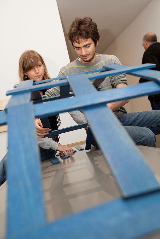 Berechnend Brücken bauen - nach dem Vorbild von Leonardo da Vinci: Experimente stehen im Zentrum der Schau. Foto: Mathematikum Gießen