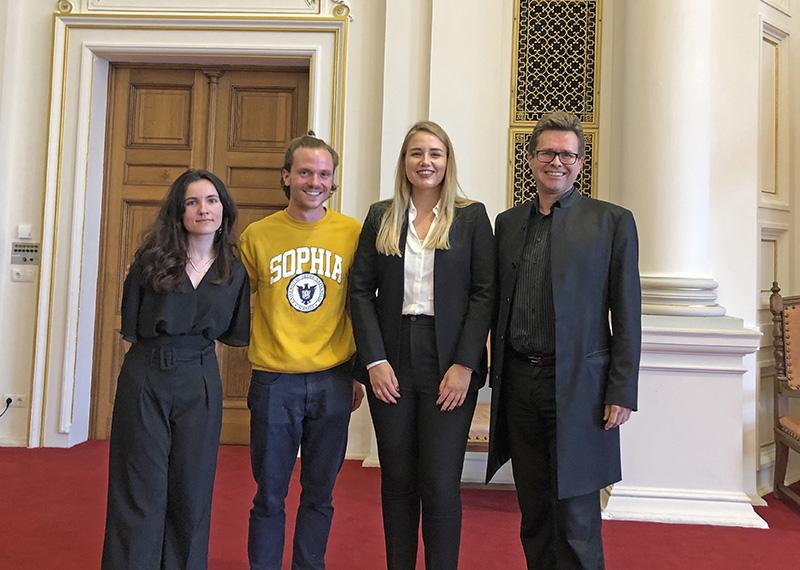 Amandine Bourse, Franz Gombocz und Zrinka Mrkonjic (v.l.) mit des. Rektor Martin Polaschek.