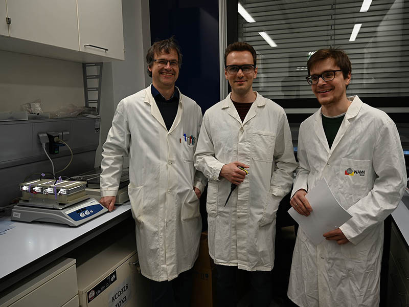 Wolfgang Kroutil, PhD student Stefan Simic and Christoph Winkler are looking for new ways to make chemical production processes more eco-friendly. In doing so, reaction systems which are controlled through light could play an important role. Photo: Uni Graz/Leljak.