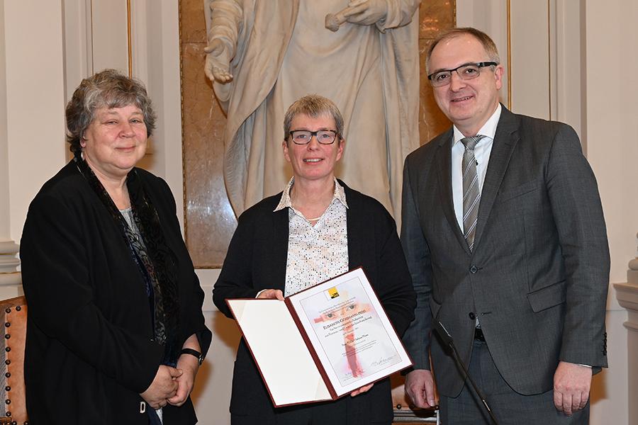Sabine Plonz (Mitte), ausgezeichnet mit dem Elisabeth-Gössmann-Preis, Dekan Christoph Heil und Religionswissenschafterin Ulrike Bechmann. Foto: Uni Graz/Pichler