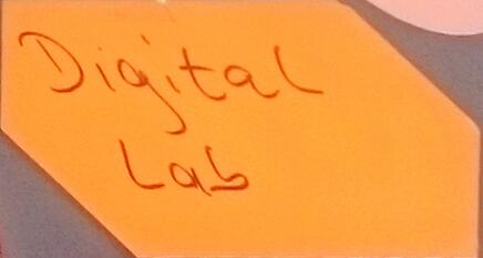 Foto einer Karte mit Schriftzug Digital Lab